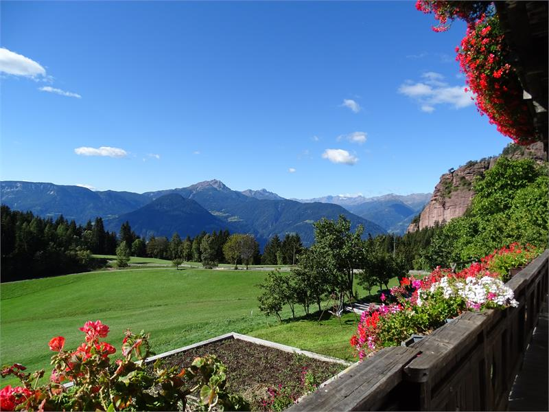 Vista panoramica dal maso Rotsteinhof a Verano, Alto Adige