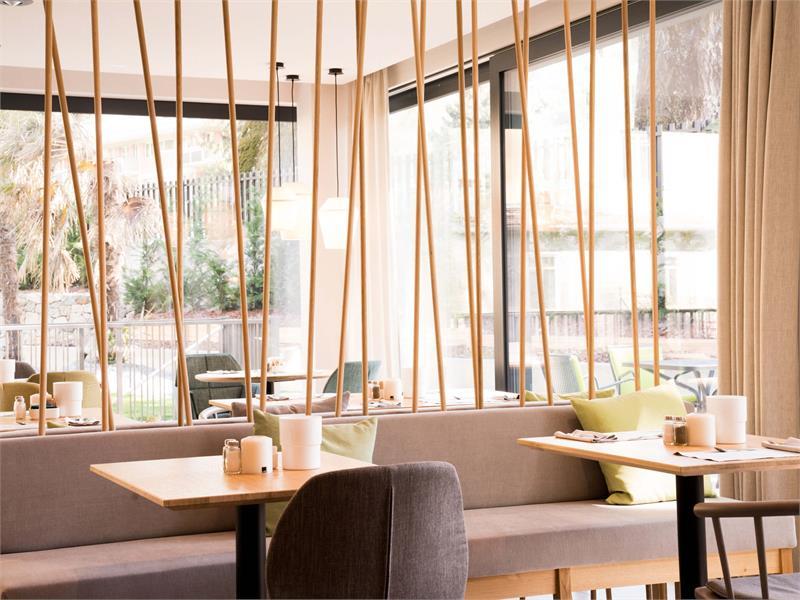 Flora Hotel & Suites - Lobby con bar