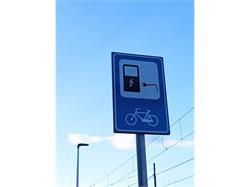 Fahrradstellplätze-Box mit E-Bike-Ladestation am Bahnhof in Terlan