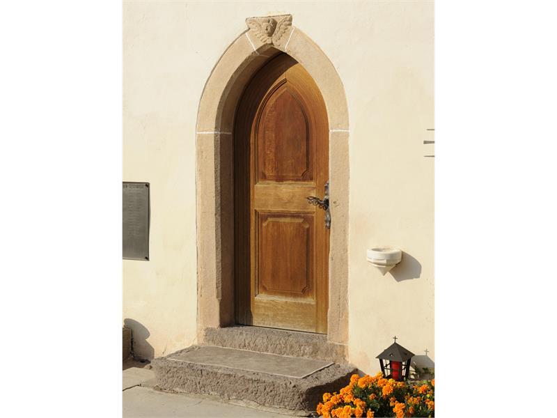 Entrata laterale della chiesa parocchiale di Verano