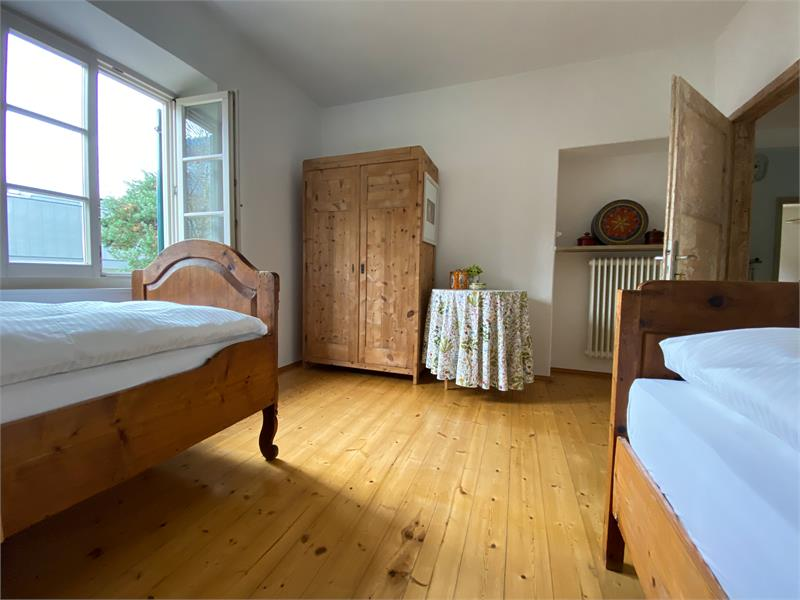 second room with two single beds
