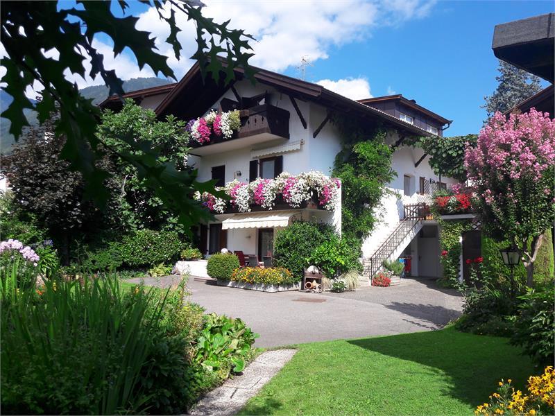 Hausansicht vom abgeschlossenen Garten; unser Privathaus liegt rechts.