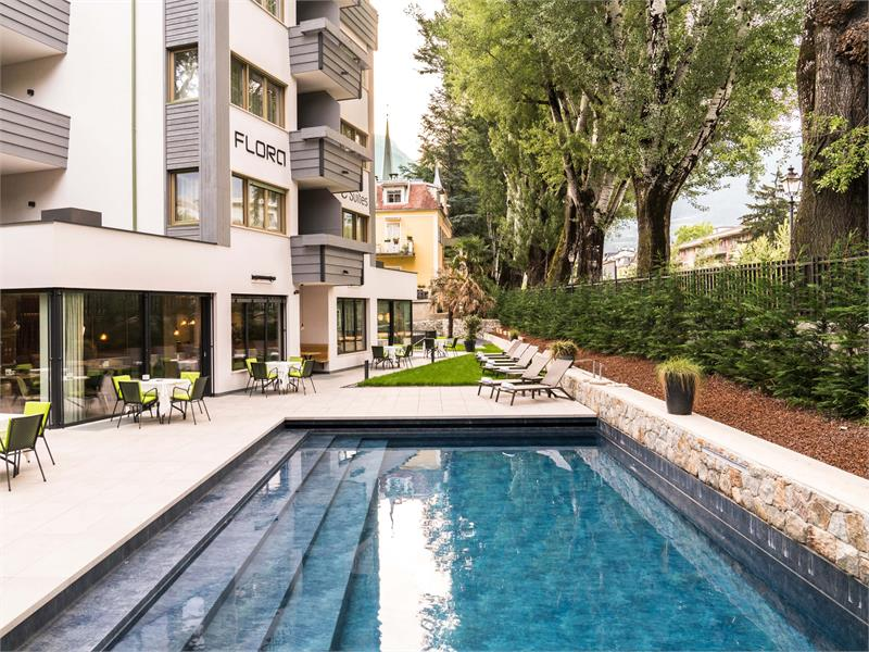 Flora Hotel & Suites - Piscina riscaldata nel grande giardino
