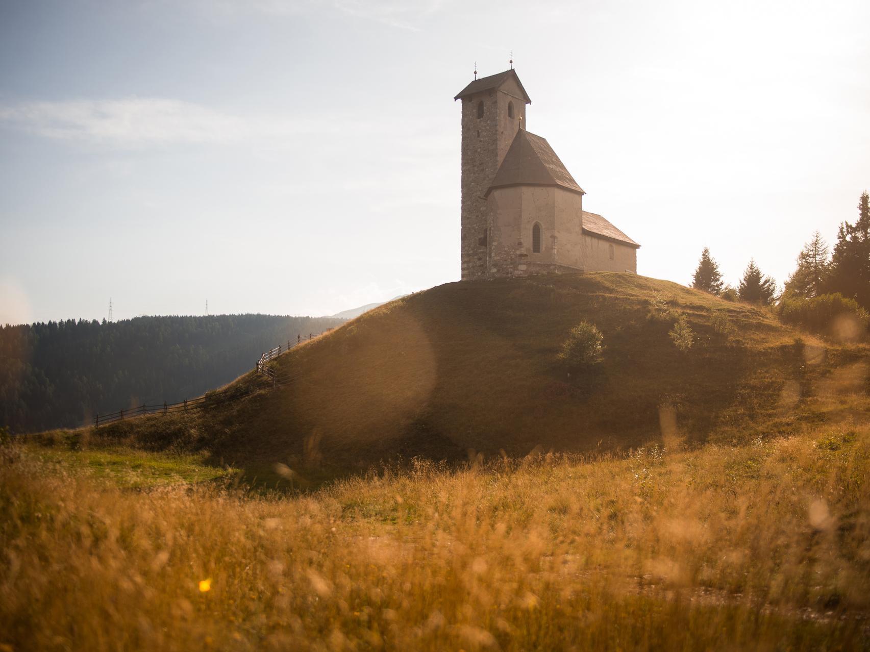 Sankt Vigilius Kirche im Herbst
