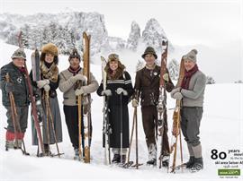 Show di sci retrò del gruppo nostalgico Alpe di Siusi e delle scuole di sci Alpe
