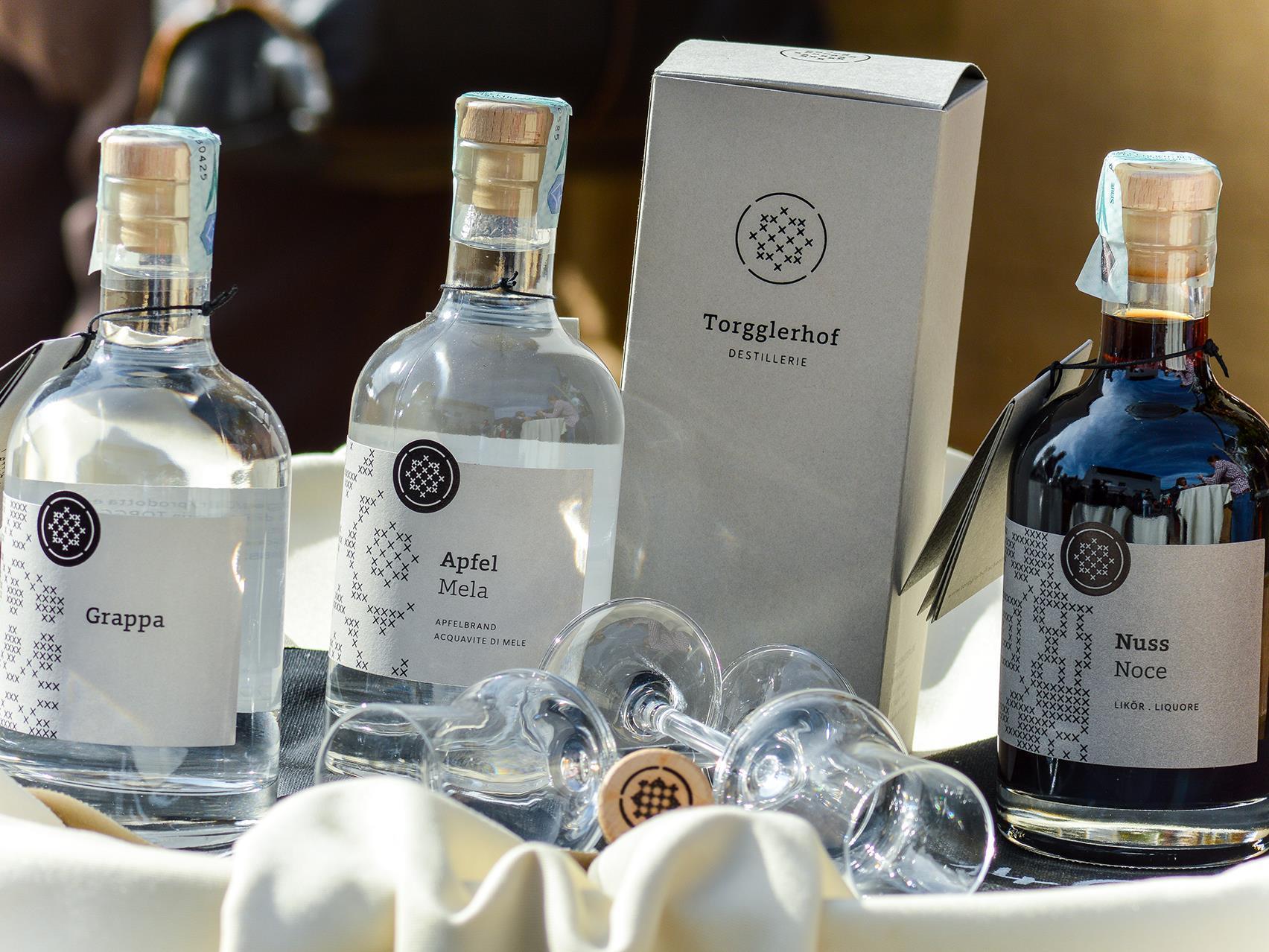 Degustazione di distillati nella storica cantina della tenuta Torgglerhof