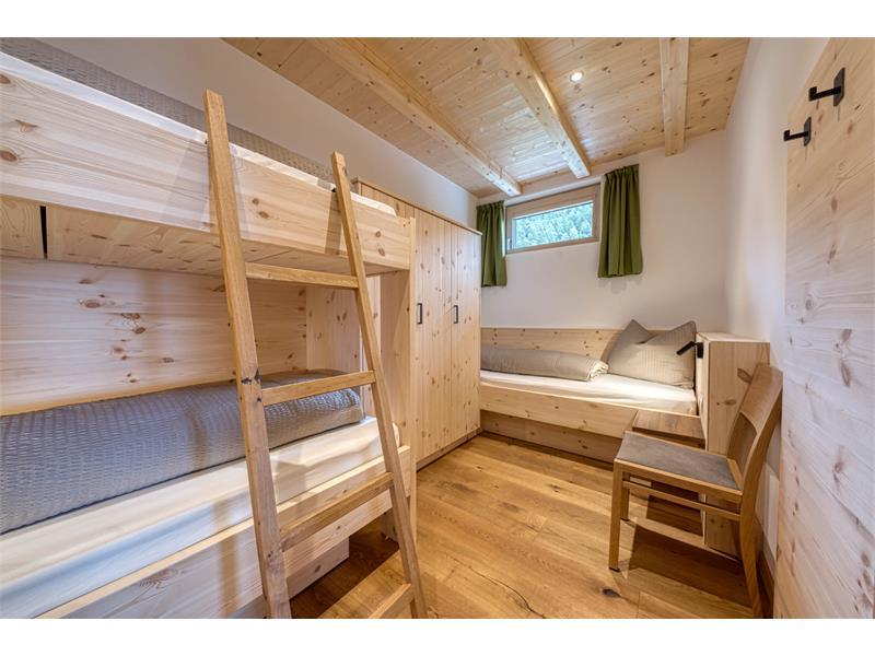Weiteres Schlafzimmer mit Einzelbett und Stockbett - Ferienwohnung Rosmarin