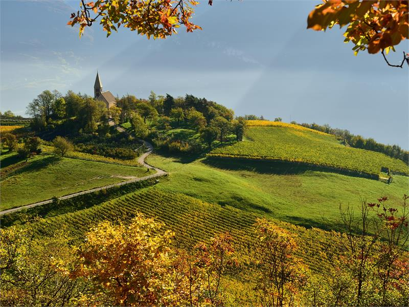 Behind the St. George's church in Graun by Kurtatsch is the panoramic Sitzkofl.