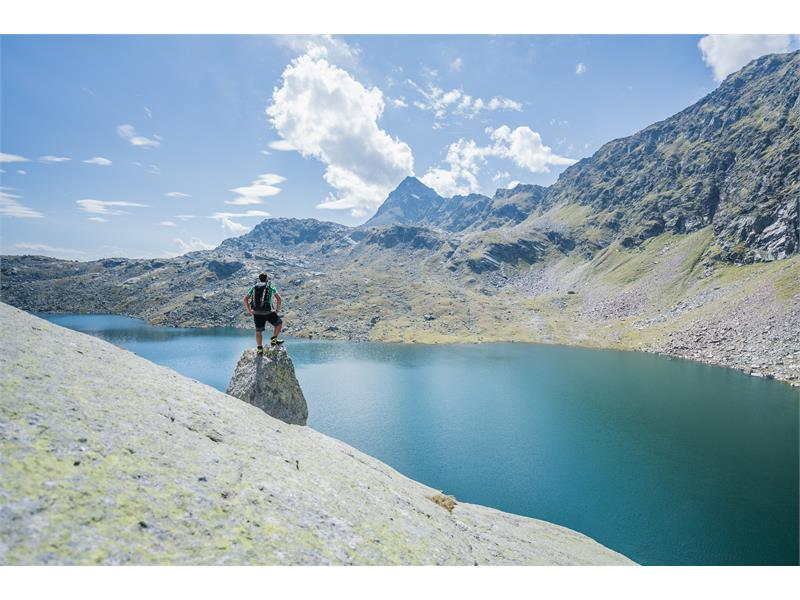 Vista dal lago Langsee alla cima Tschigot.