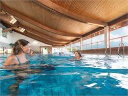 Piscina coperta e piscina all'aperto nel centro di sport e salute Sportwell