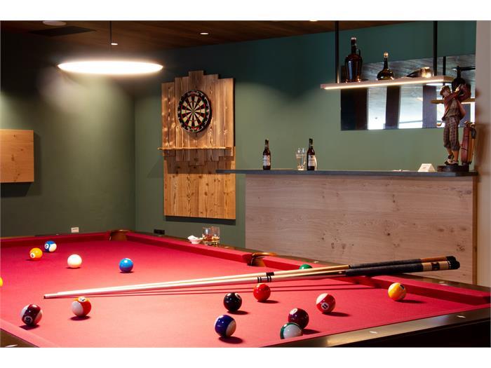 Pub dell'hotel con gioco delle freccette e tavolo da biliardo
