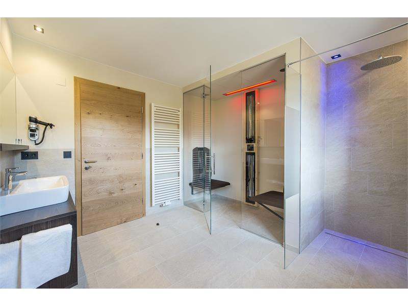 Junior Suite Bad mit Infrarotsauna