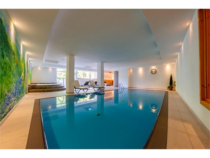 piscina con vista al giardino