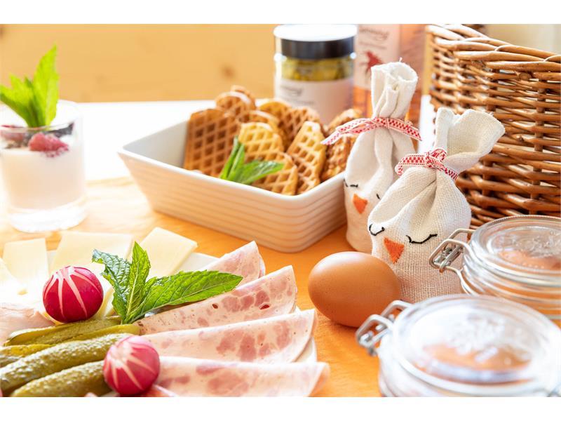 reichhaltiger Frühstückskorb mit hofeigenen Produkten