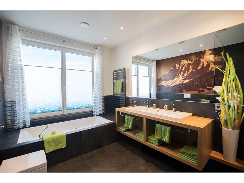 Reichlich Privatsphäre auch im Haus mit 2 getrennten Bädern und zusätzlichem WC