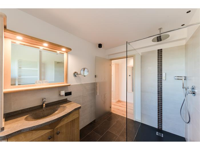 Bathrooms of room types Hartl and Panorama