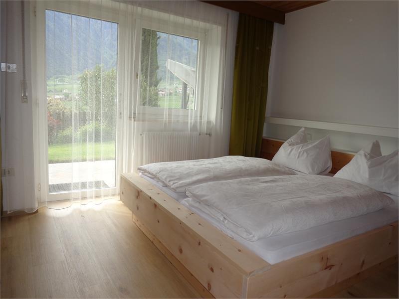 Zimmer Ferienwohnung mit Bett in Zirmholz massiv