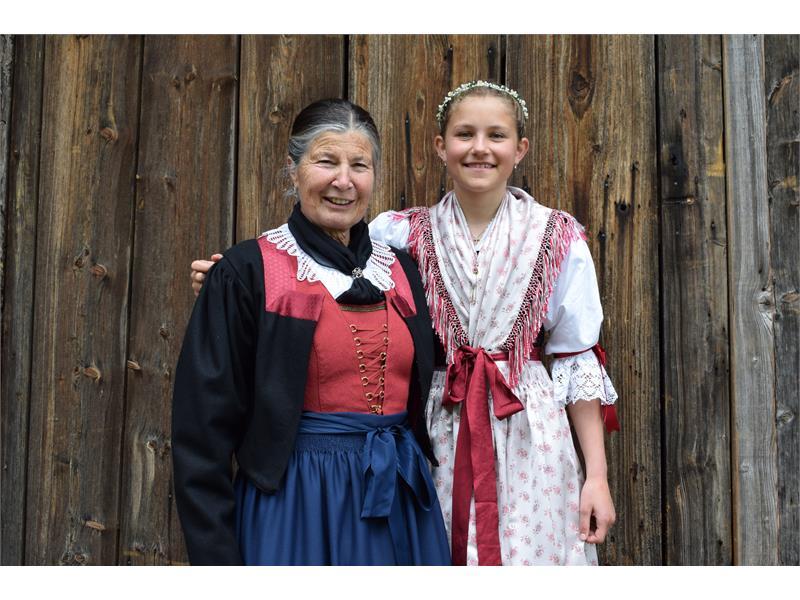 Oma Irmhild mit Enkelin Eva
