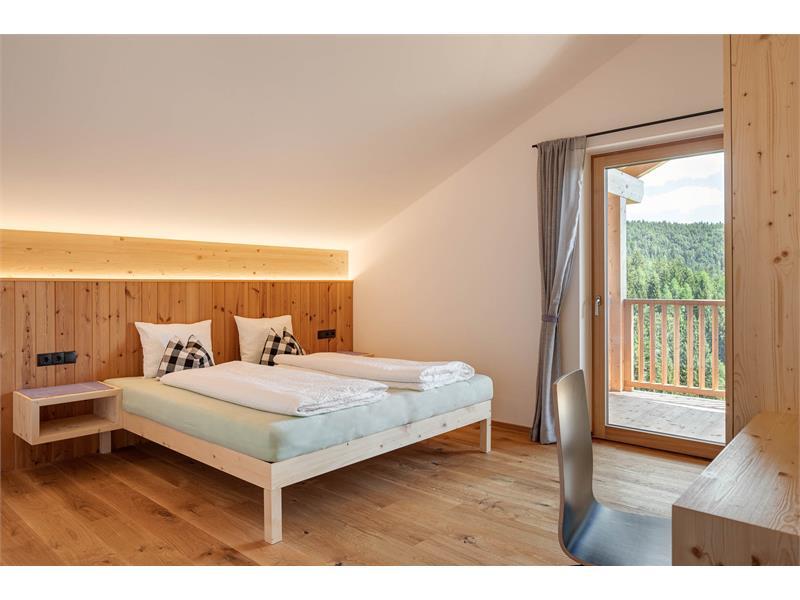riesiges Schlafzimmer mit Zugang zu Loggia