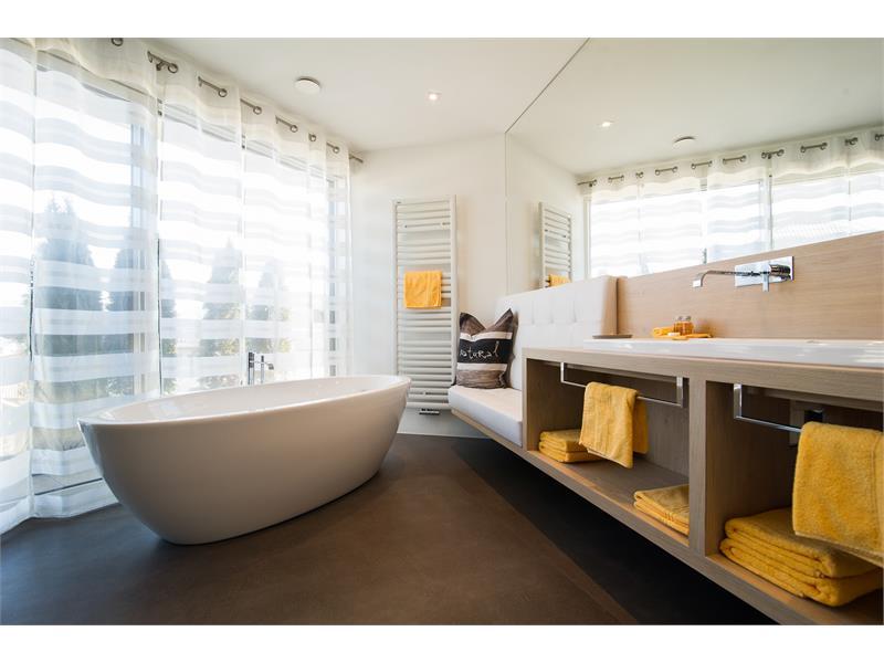 Moderne Bäder, eines davon mit frei stehender Badewanne. Luxusurlaub in Südtirol