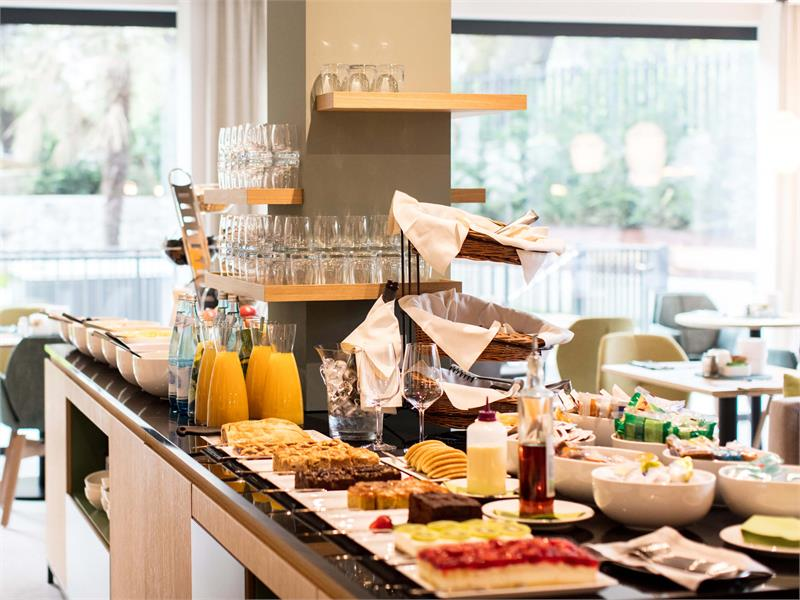 Flora Hotel & Suites - Sala colazione con vasto buffet