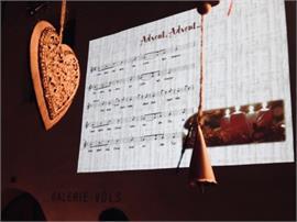 Kirchplatz: Weihnachtsmarktl mit musikalischer Unterhaltung