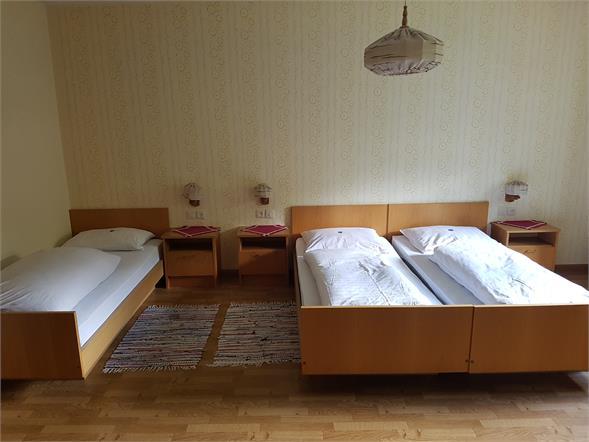 Dreibettzimmer mit Badezimmer