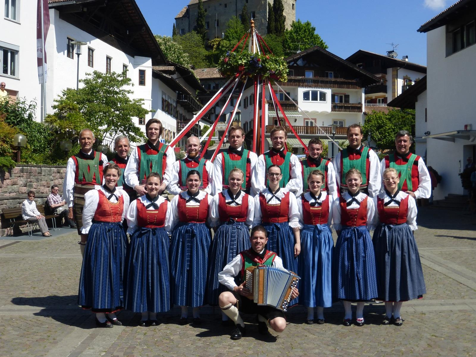 Erntedank: Reifltanz der Volkstangruppe Schenna auf dem Raiffeisenplatz Schenna