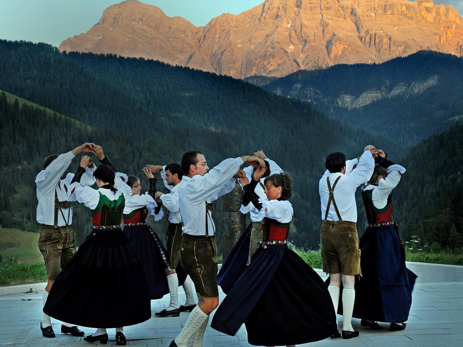 An evening with folklore and folk dance group - Bal Popular Val Badia