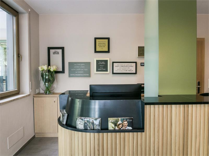 Flora Hotel & Suites - Reception