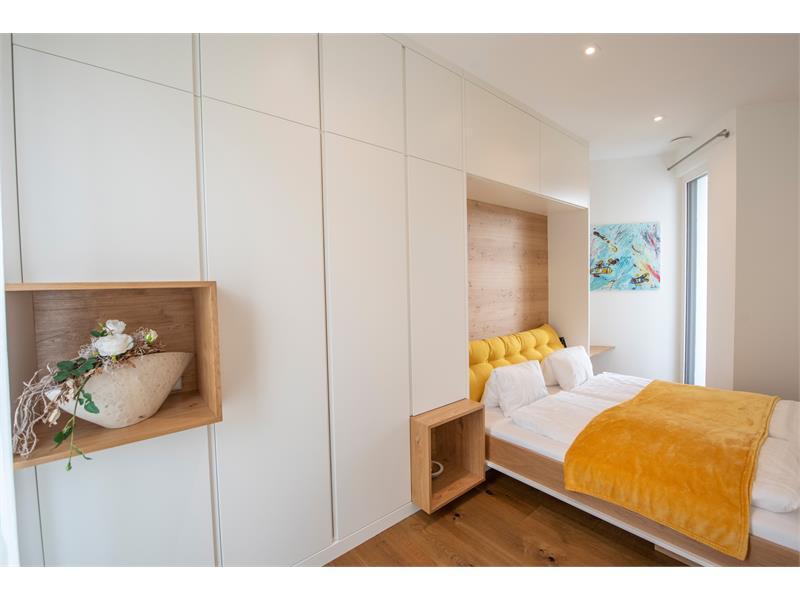Doppelbett mit Verbindungstür