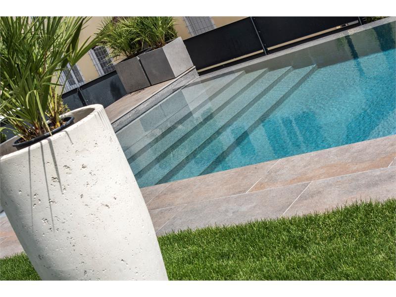 Pool mit breiten Stufen