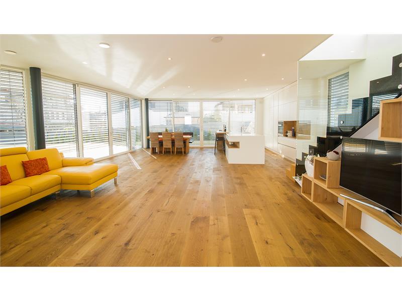 Auf einen besonderen Holzboden und naturverbundene Einrichtung wurde sehr viel Wert gelegt.