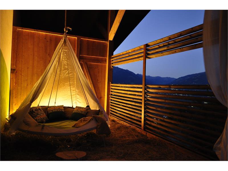 Relax Ecke mit Hängebett im Heu bei Nacht am Niederhof
