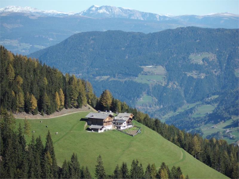 Hofansicht Richtung Osten mit Blick auf die Sarner Alpen