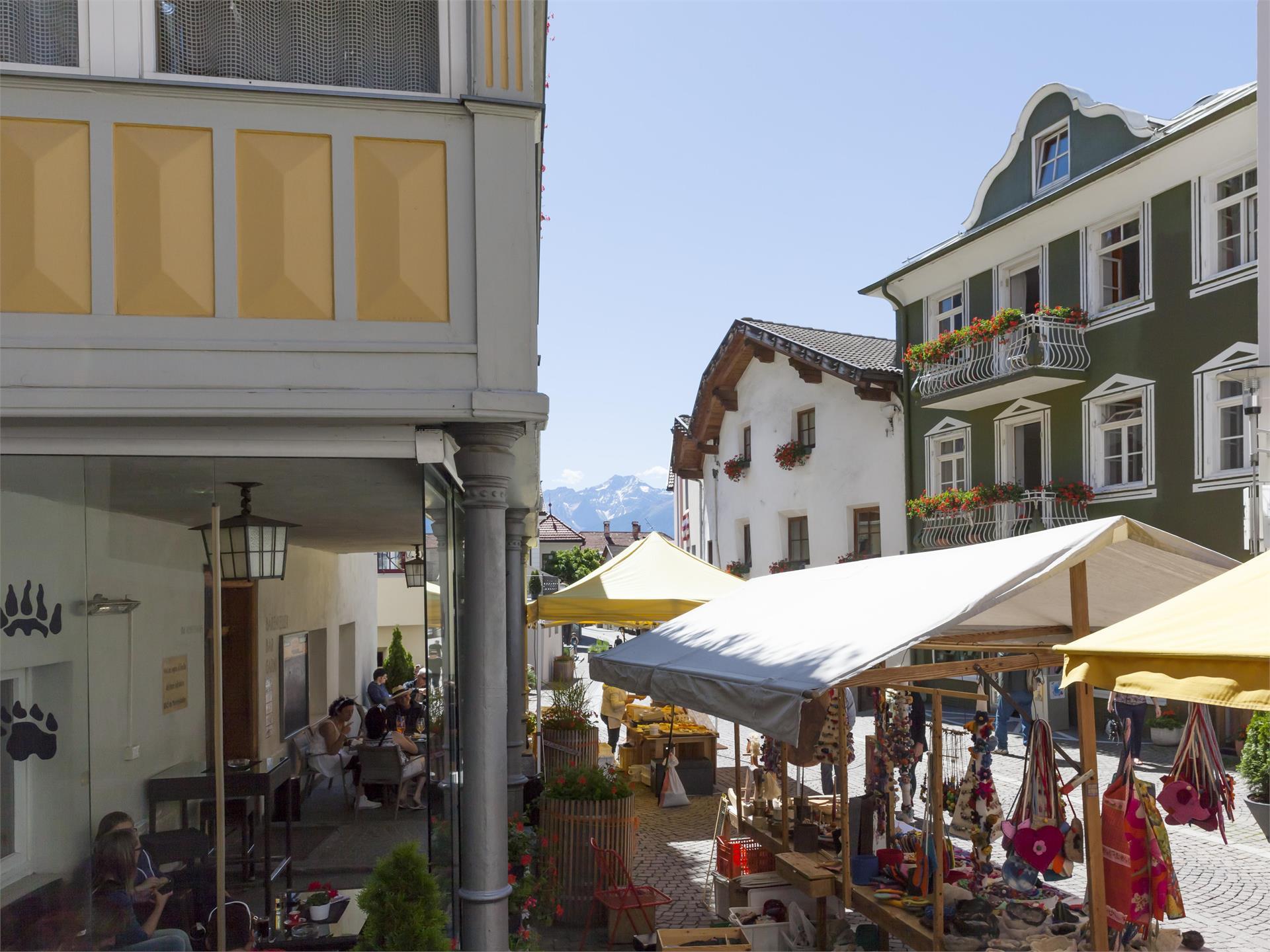 Gollimorkt - big traditional market