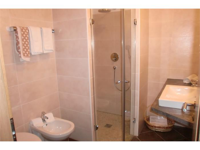 Aparthotel Viktoria Castelrotto Alpe di Siusi Dolomites example bath apartment Superior