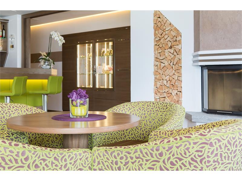 Lounge Bar mit Kaminfeuer