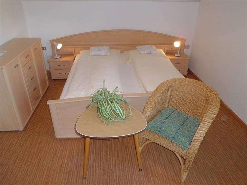 Bett im Einraumappartement