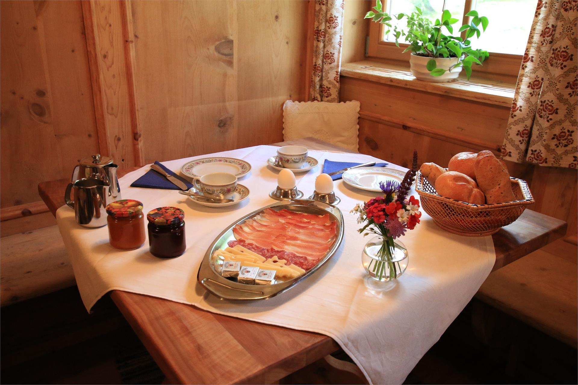 Frühstück mit hausgemachter Marmelade und Eiern von unseren glücklichen Hühnern