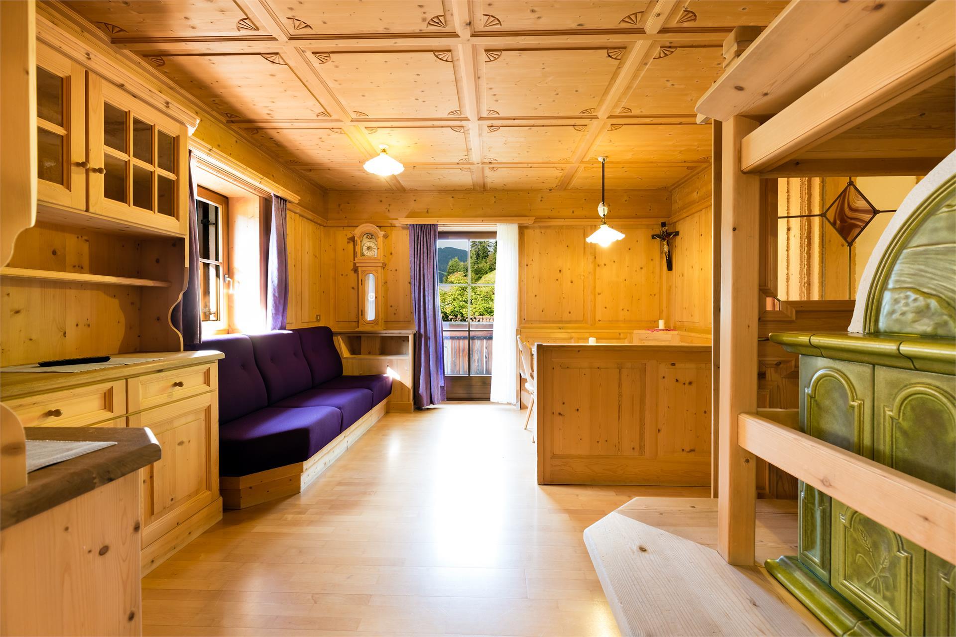 Wohnzimmer mit Kachelofen.