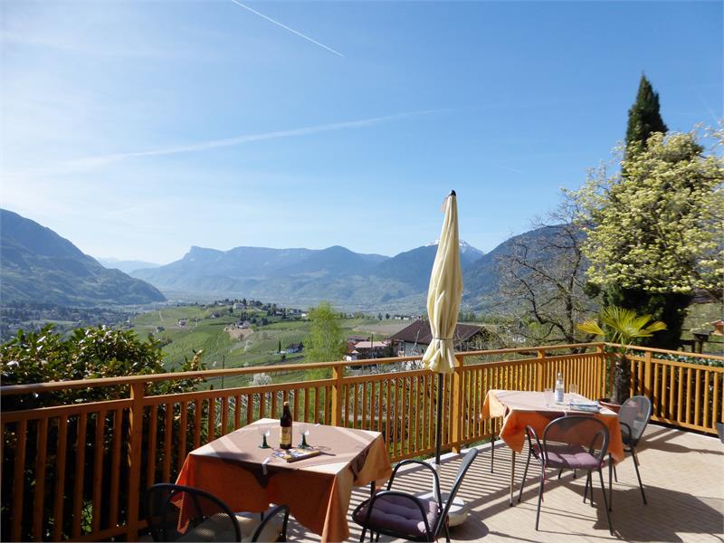 Terrazza della Garni Sonnleiten con vista sui d'intorni di Tirolo