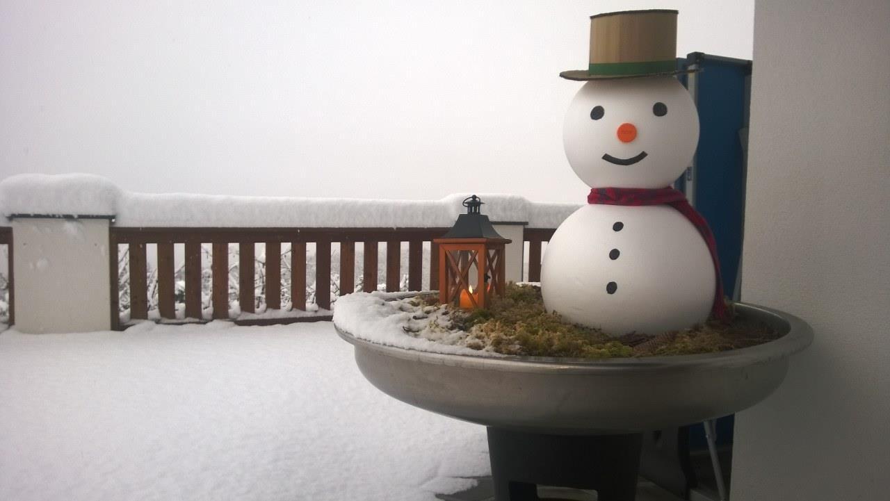 Schneemann vor dem Haus