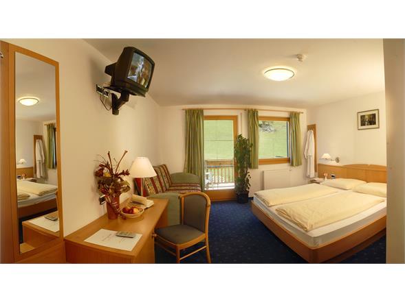 room with shower/wc/phon/sat-tv/safe