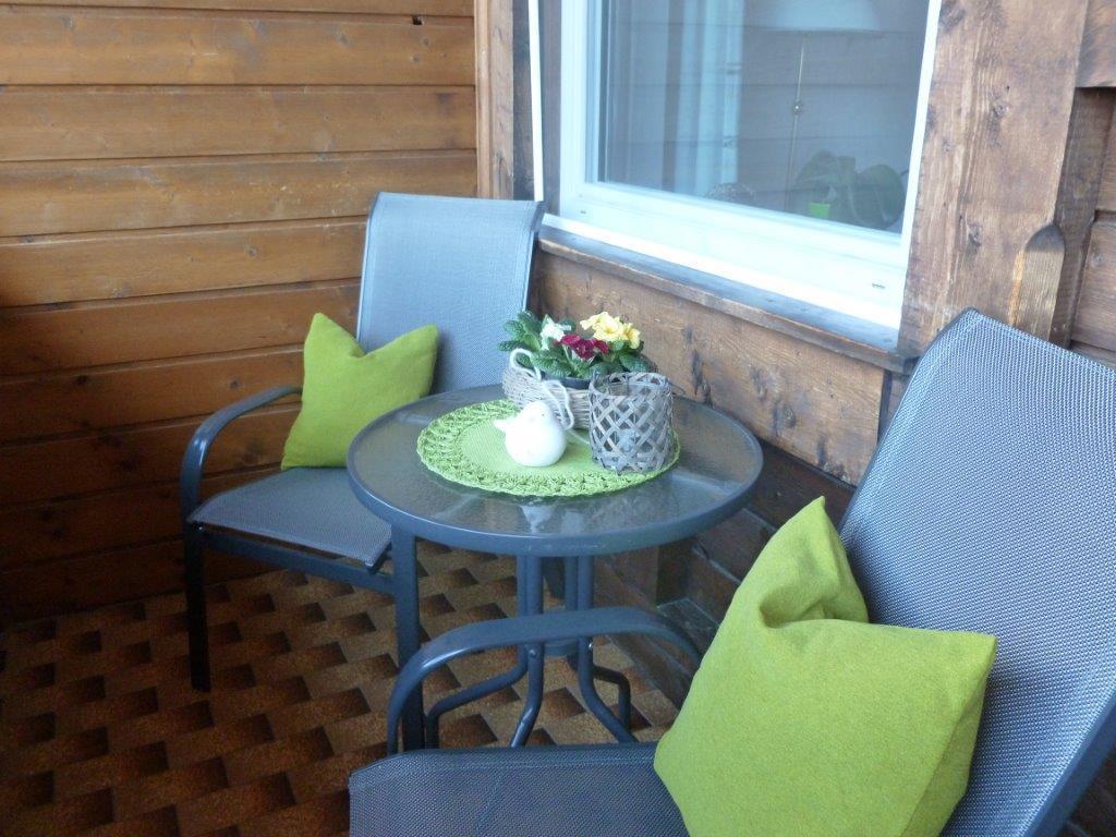Schöner großér Balkon mit Liegestühlen und ´schöner Aussicht