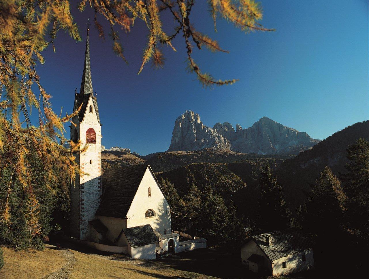 die Kirche aus dem 12 Jh.