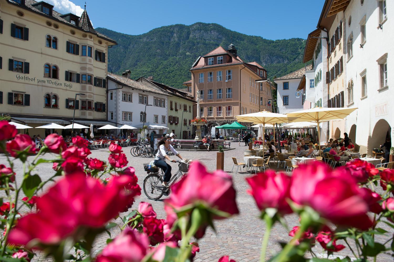 Marktplatz Kaltern mit dem Tourismusbüro im Hintergrund