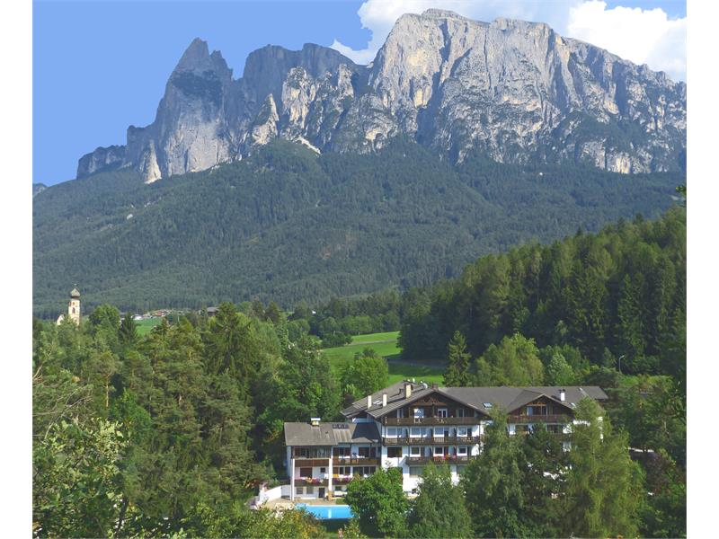 The hotel, the Schlern/Sciliar and the Church St. Constantin - Hotel Appartements Perwanger, Fié