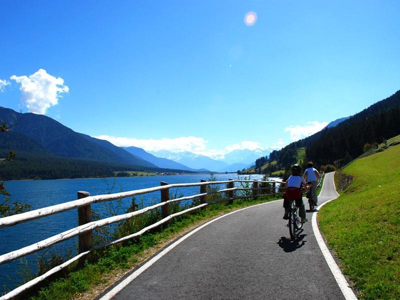 Fahrradweg am Reschensee