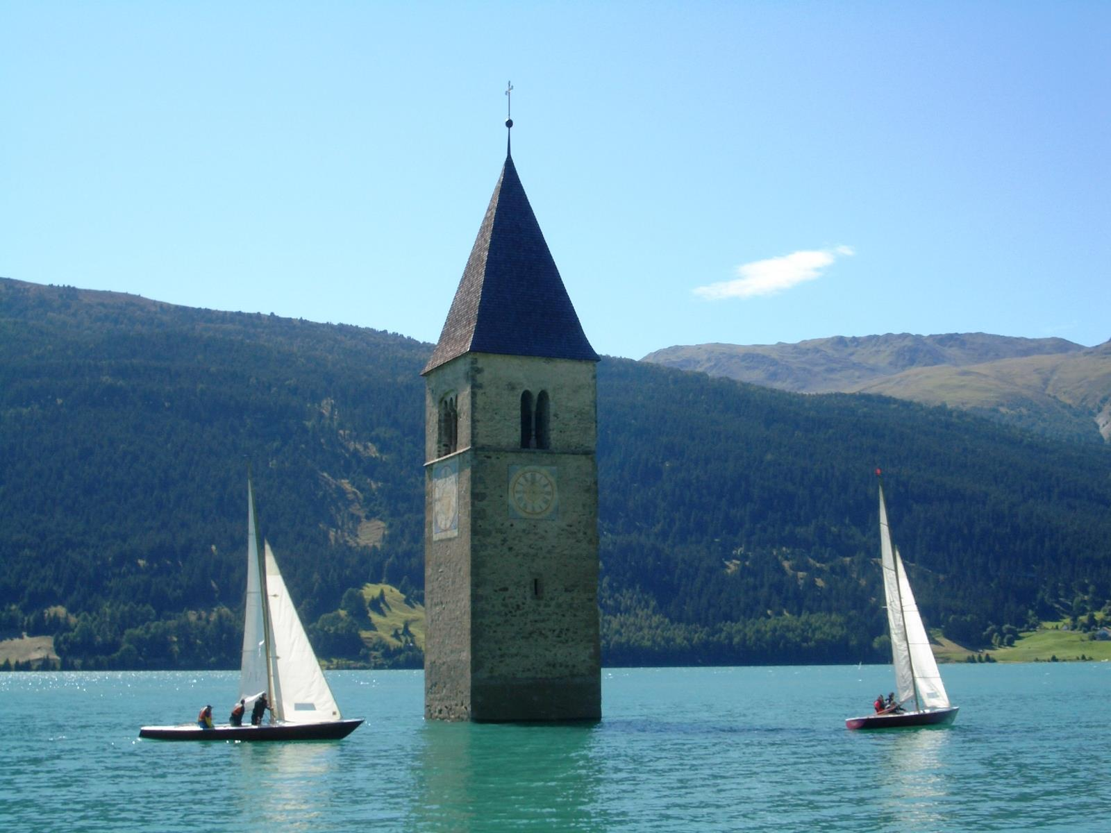 Sailing on the lake Reschensee